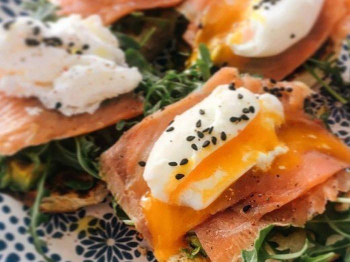 Tostadas con salmón y huevo escalfado Receta de Irene-Guirao- Cookpad